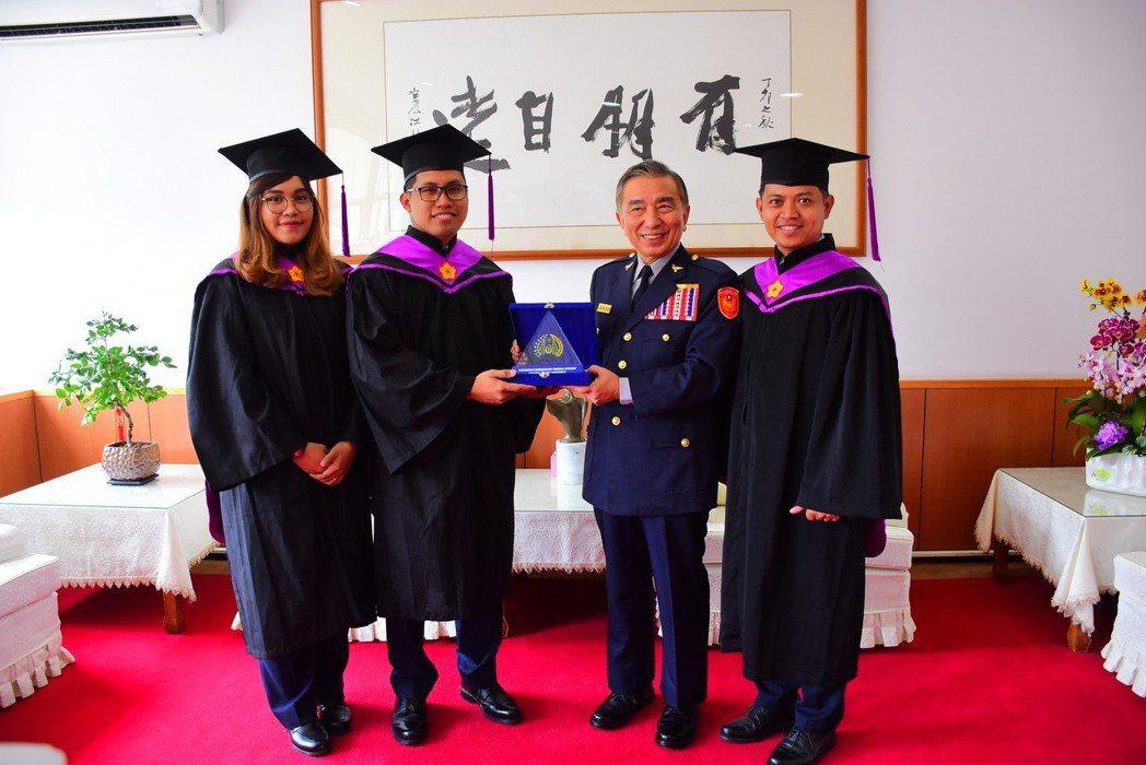 3名印尼籍畢業生劉思琦(左)、王李俊(左二)及劉菲力(右)一起從警大外事所畢業,...