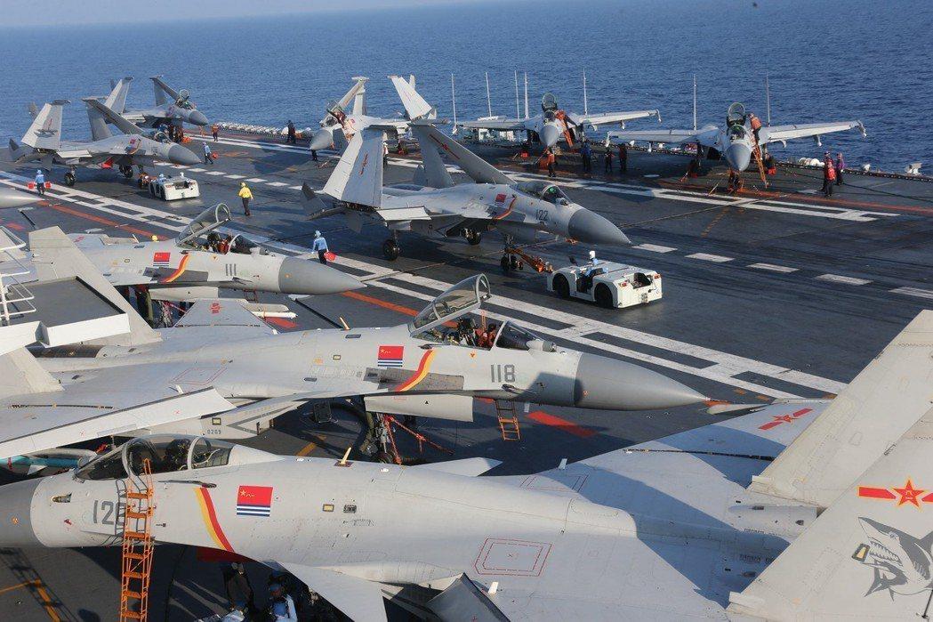 大陸海軍航母編隊持續實兵對抗,提升體系作戰能力;圖為遼寧艦飛行甲板官兵緊張有序保...