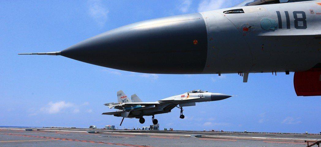 中國海軍遼寧艦航母編隊,完成遠海實兵對抗訓練。 中新社