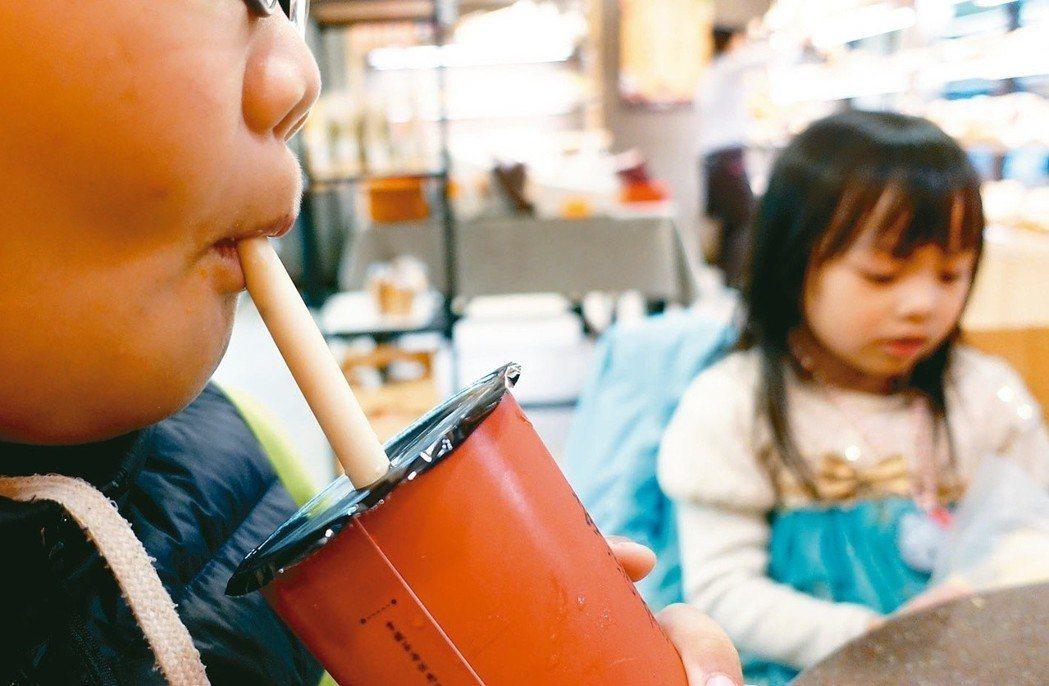 環保署表示,明年7月起,四大類場所不得提供一次用塑膠吸管供內食餐飲消費者使用。 ...