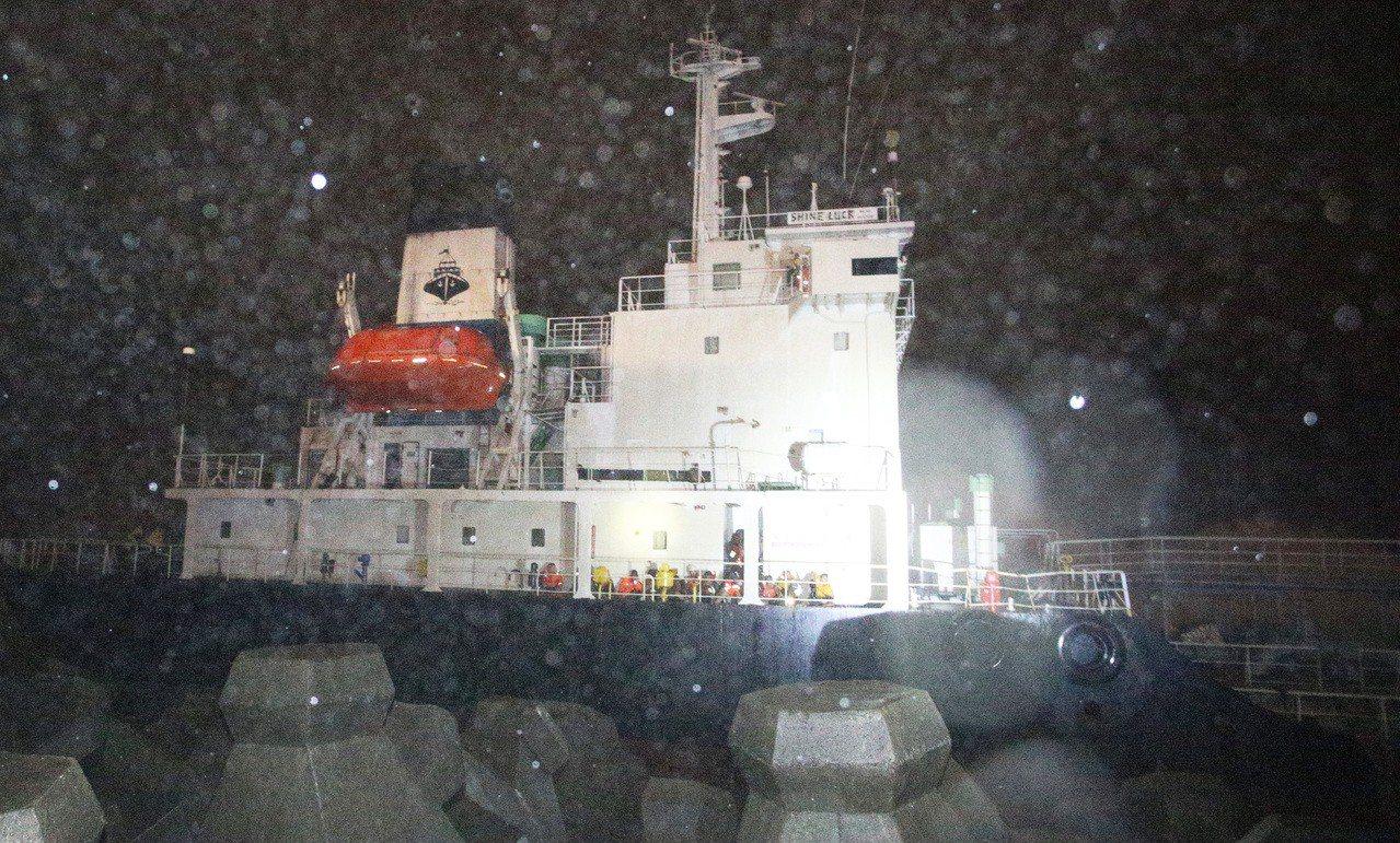 shine luck 待救17人還在船上 現場風浪很大。劉學聖/攝影