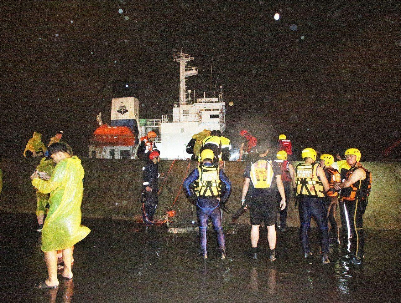 海巡和救難人員漏夜救援。記者劉學聖/攝影