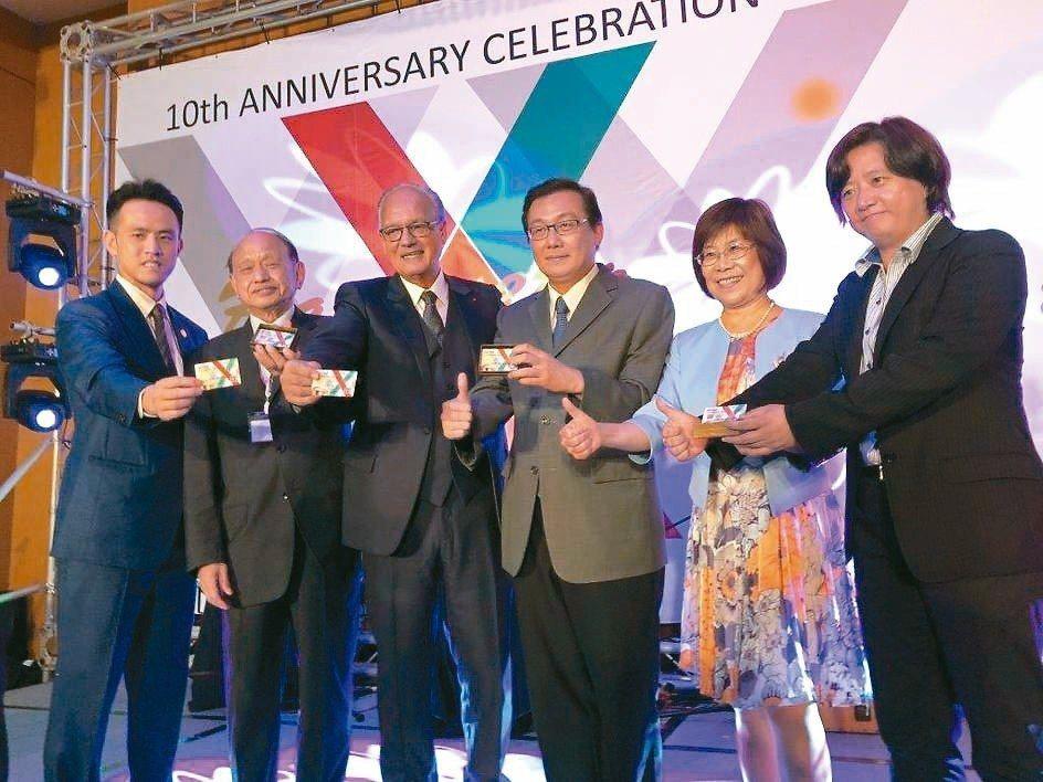 亞洲微創訓練中心院長黃士維(左起)、秀傳醫療體系總裁黃明和、法國代表馬赫斯克總裁...