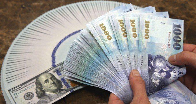 外資昨(14)日自台灣等亞洲新興市場撤出,新台幣匯率終場貶值4.8分,收29.9...