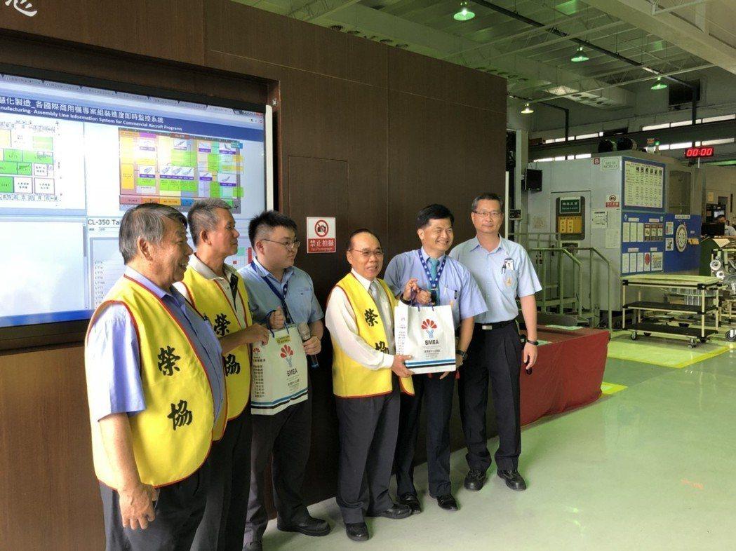 參訪漢翔航空八號廠房。工程中心/提供