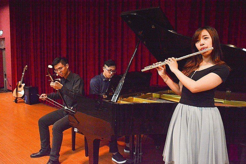 中華大學生讓中西樂器合璧,演奏電影《神話》主題曲,美妙音符帶領觀眾重溫電影情節。...