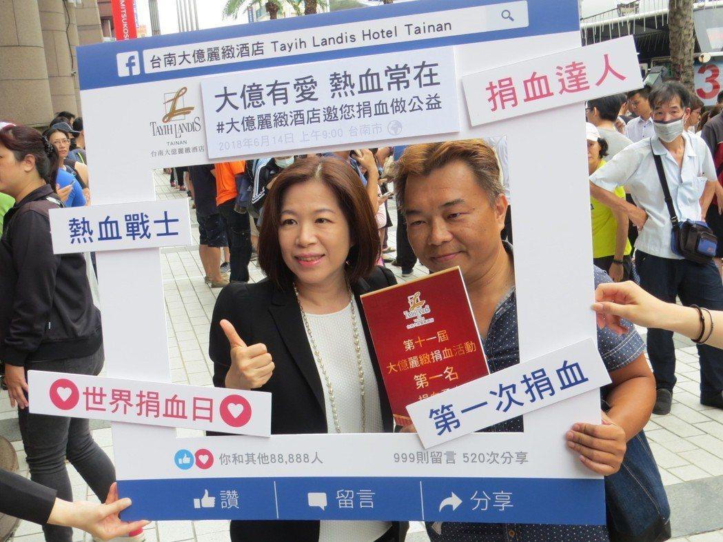 嚴心誼總經理與排到第一號號碼牌的捐血者劉佐興(右)合影。  陳慧明 攝影