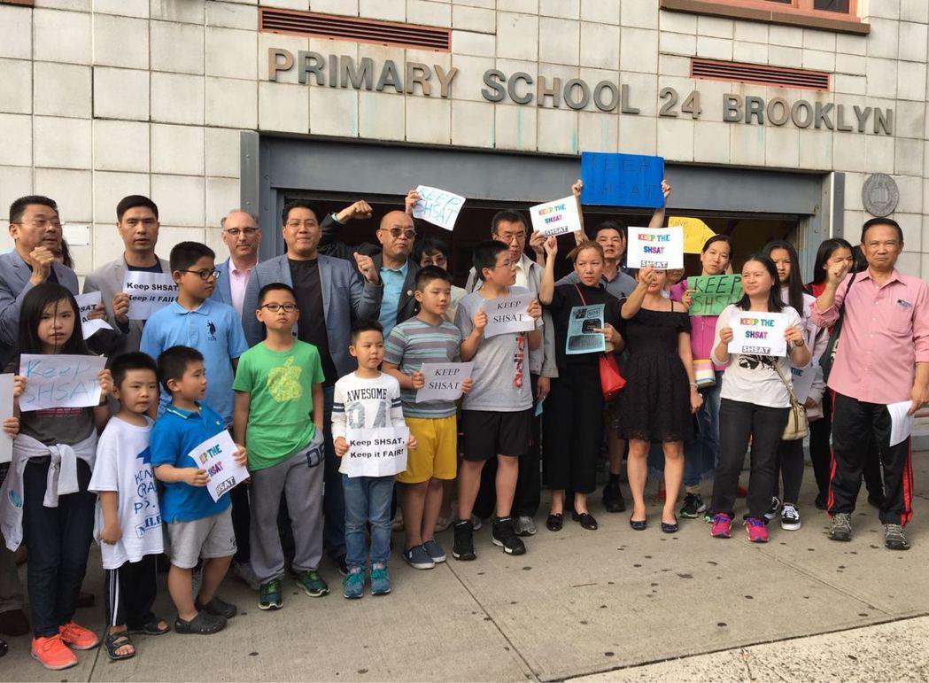 教育總監參加15學區會議,民眾抓緊時機表達心聲。 黃伊奕