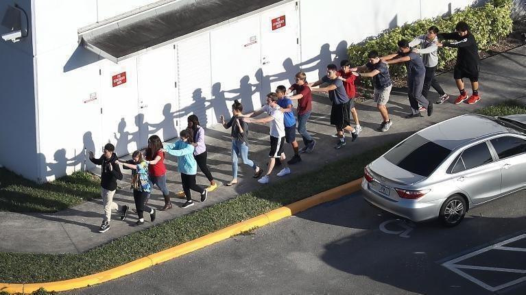 道格拉斯高中和新鎮小學槍案倖存者說,聽我們控訴槍暴。 丁曙