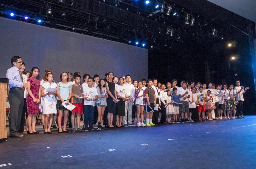 結業兼畢典,希望中校波城校區慶豐收。 羅曉媛