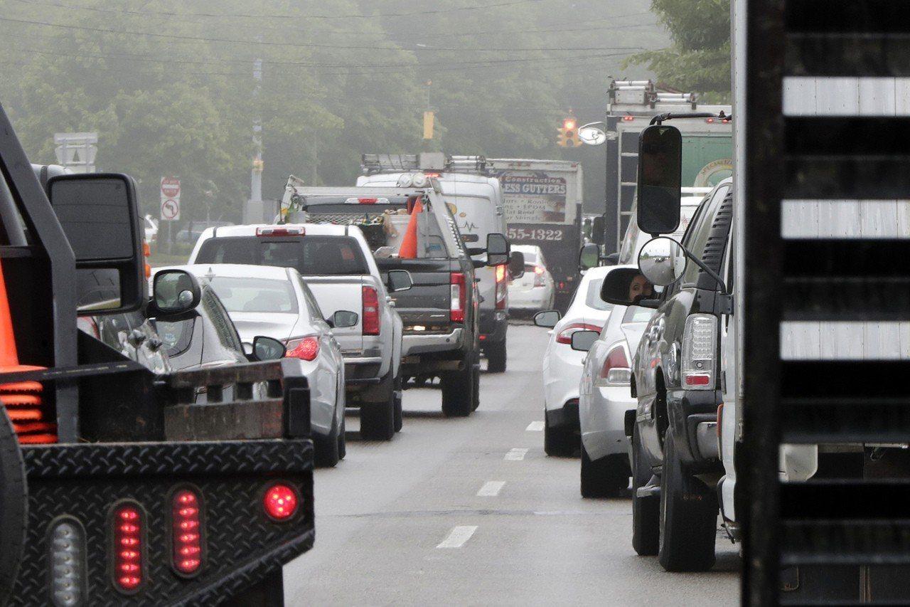 長島交通太糟球員得小心。 世界日報