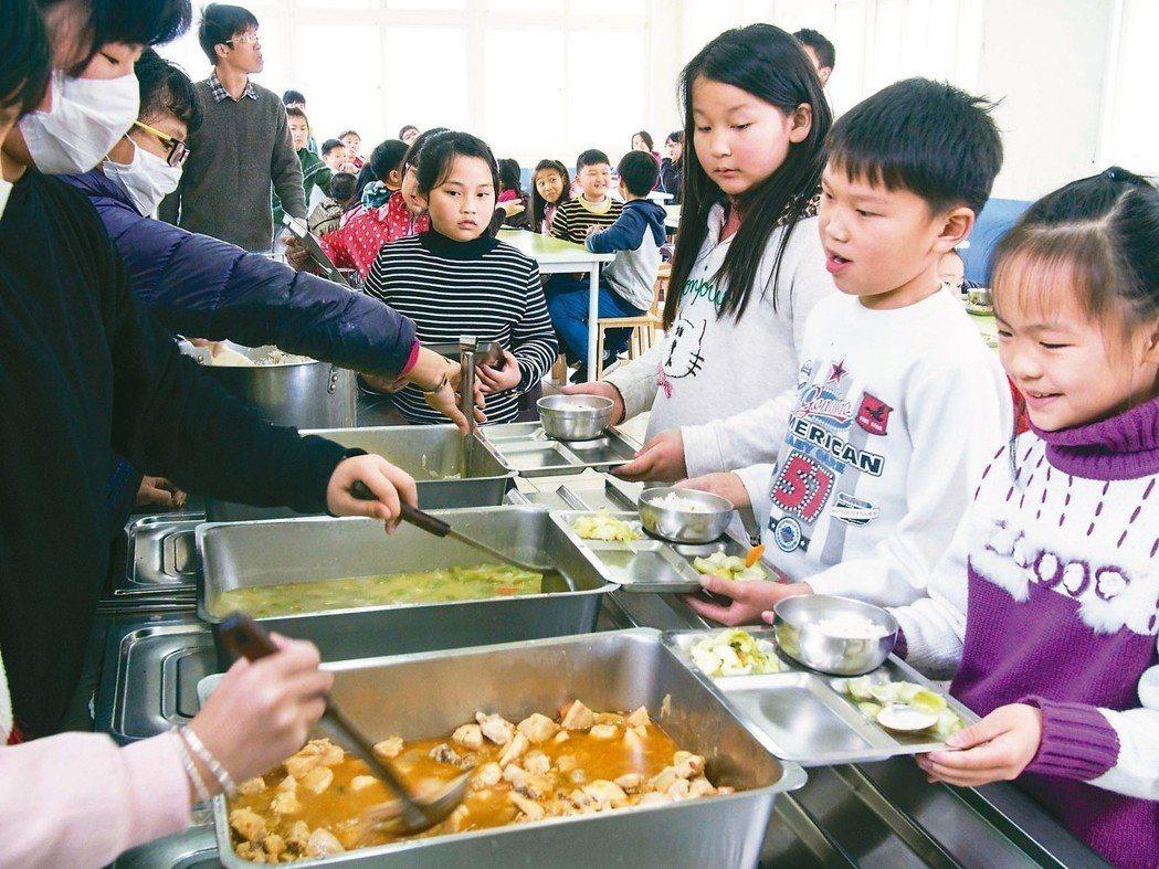 小學營養午餐。 記者林良齊/攝影
