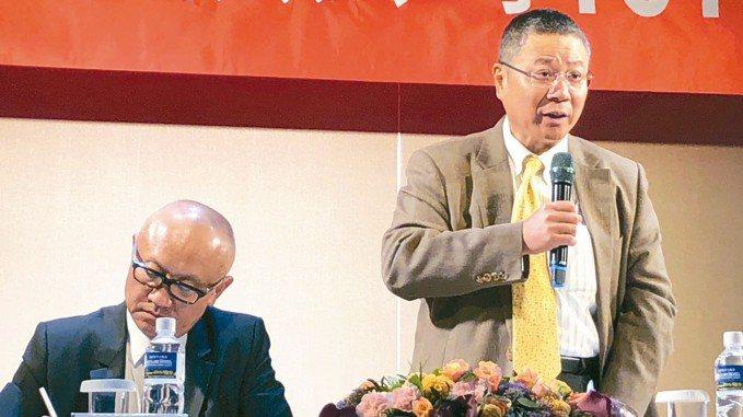 緯創今日股東會,董事長林憲銘(右)表示,期望今年營收要超越去年。 記者吳凱中/攝...