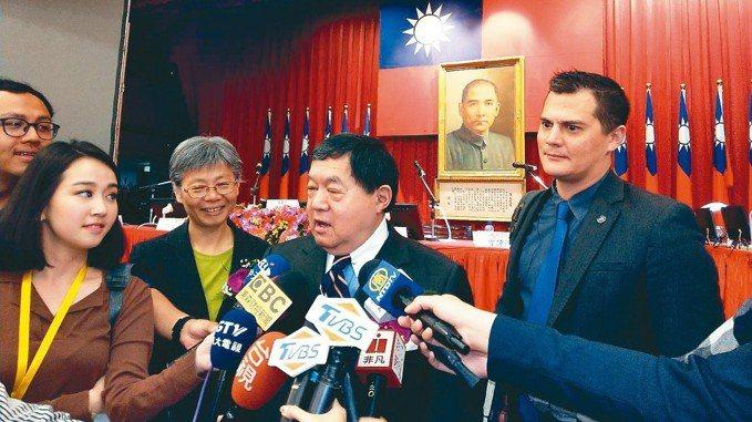 遠傳董事長徐旭東(右二)與其子徐國安(右)今天一同出席股東會。 記者馬瑞璿/攝影