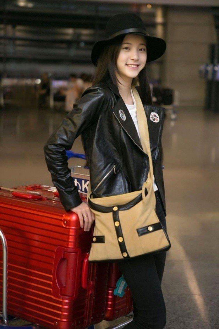 歐陽娜娜2015年看秀前的機場時尚行頭,總價超過70萬。圖/擷自facebook
