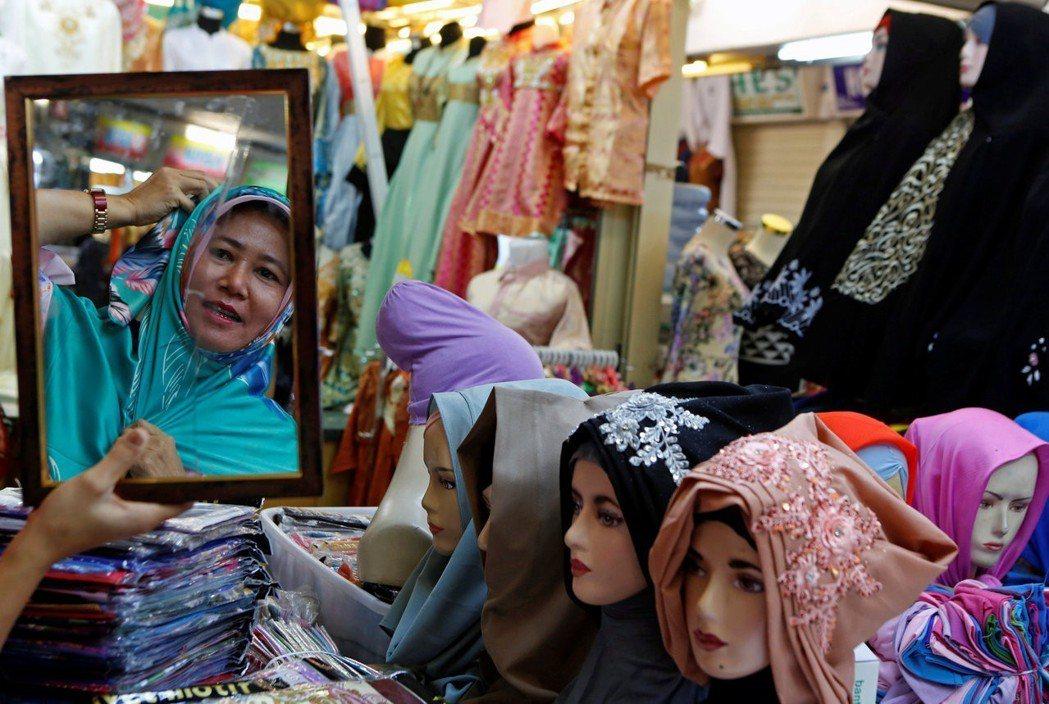 對絕大多數的印尼生意人來講,齋戒月雖然白天禁食,可是卻沒有禁止購物。 圖/路透社