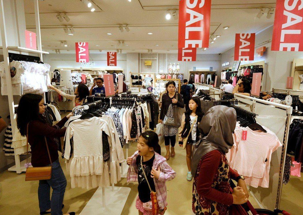 購物中心通常也會推出促銷活動和延長營業時間,不管白天或晚上,各大購物中心都擠滿了...