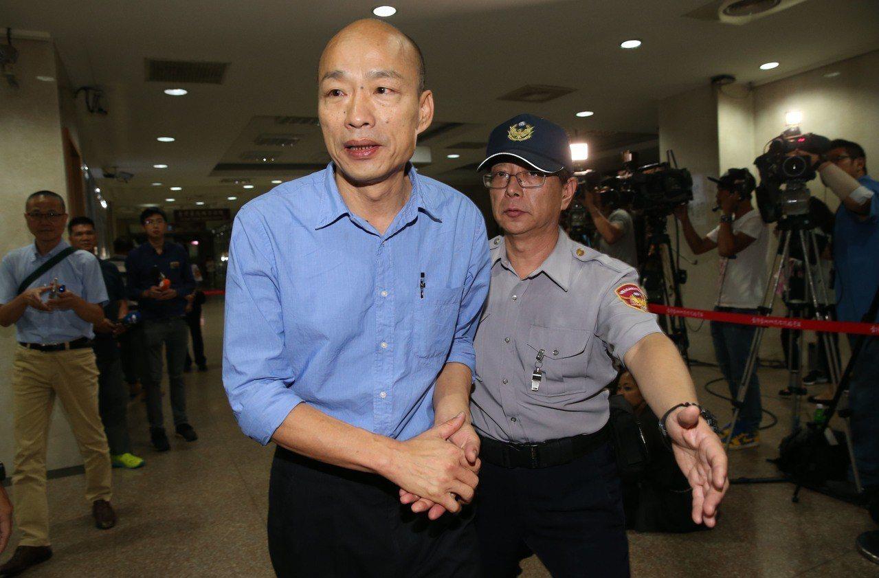 李正皓認為目前的情勢讓前北農總經理韓國瑜陷入兩難。圖為韓國瑜遭北檢傳喚,庭訊結束...