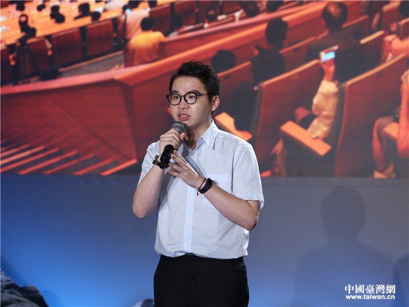 台灣青年鄭博宇在海峽論壇演講時說「最苦的時候,我甚至想過就算在天橋上貼膜,也要留...