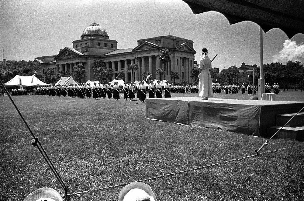除了現代西式運動,1930、40年代在高等女校的學生社團有日式雉刀。圖為1940...