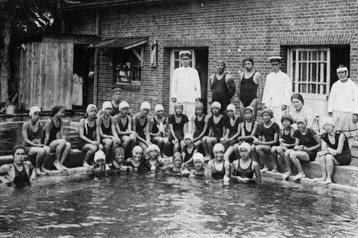 1934年台北第三高女開始對三年級以上的自願同學試辦游泳課。 圖/《台北第三高女創立八十五週年紀念回憶錄》,該紀念同學聯誼會編印,玉山社授權