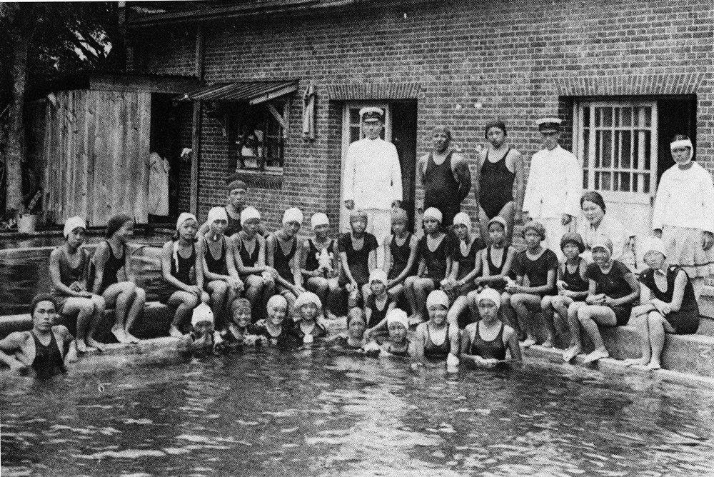 1934年台北第三高女開始對三年級以上的自願同學試辦游泳課。 圖/《台北第三高女...