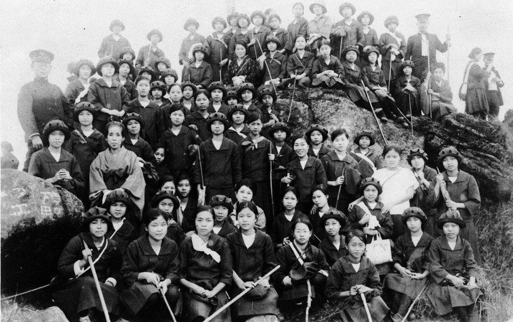 第三高女學生登玉山攻頂合影。 圖/《台北第三高女創立八十五週年紀念回憶錄》,該紀...