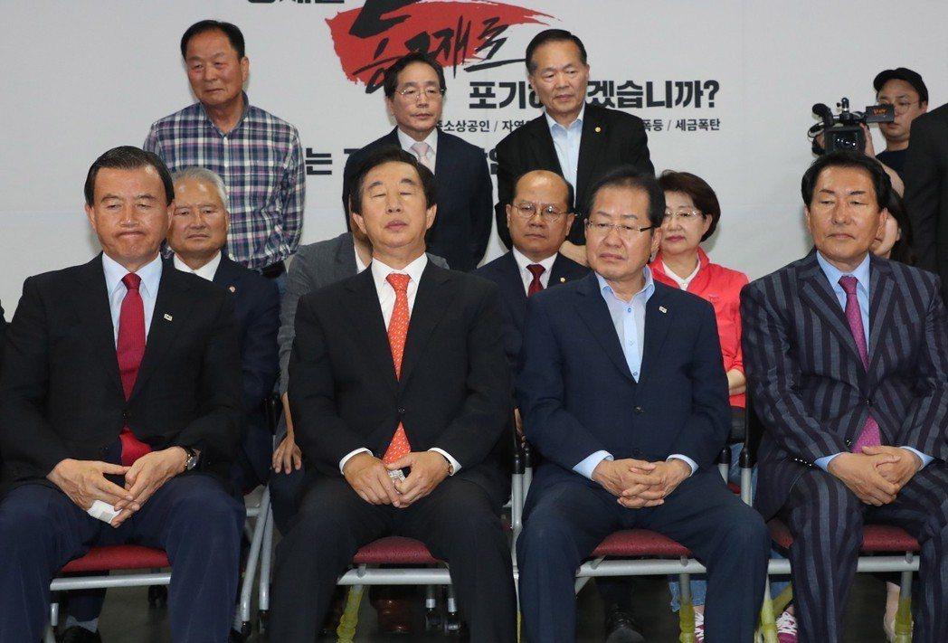 自由韓國黨看到出口民調結果,顯得錯愕與難堪。右二為黨魁洪準杓。 圖/歐新社
