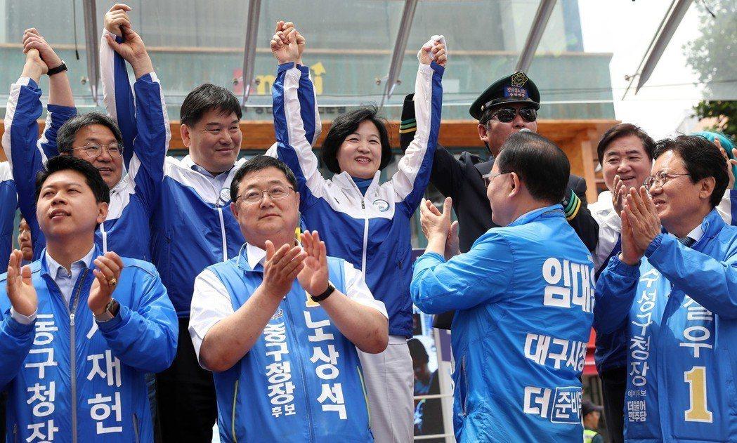 共同民主黨勢如破竹,而自由韓國黨歷經這次潰敗,勢必將會有新的重組,是會考慮與正未...