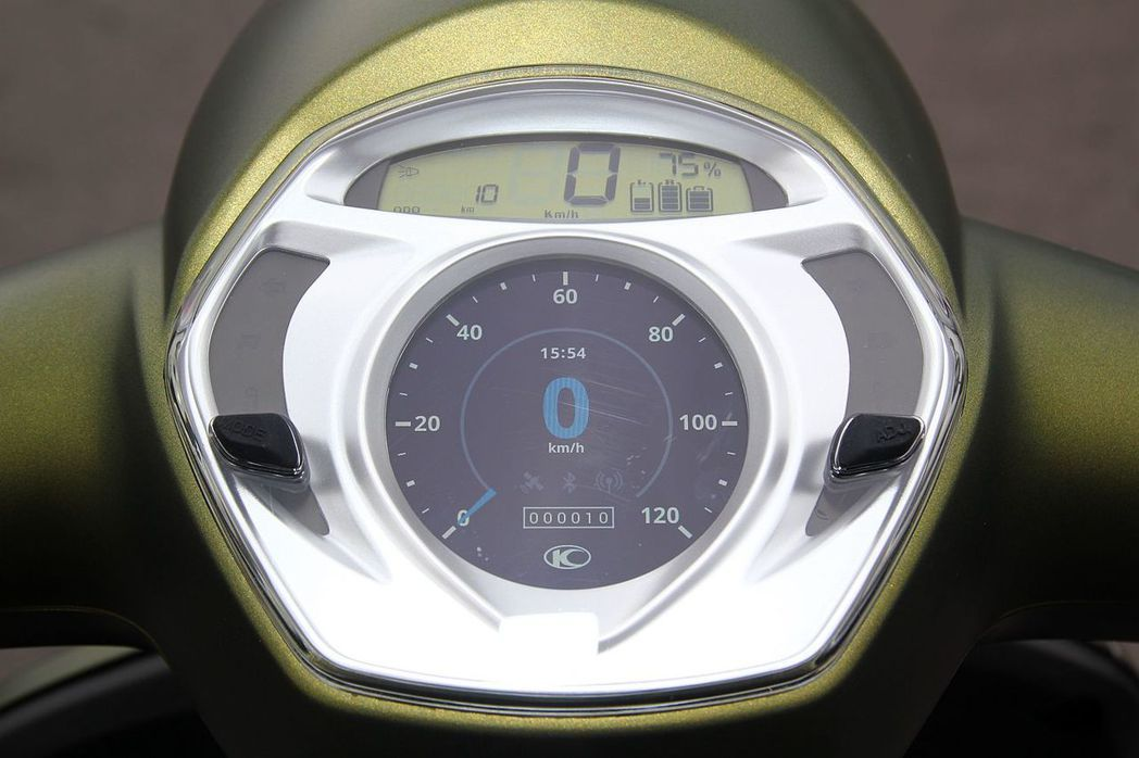 光陽機車針對騎士開發的Noodoe儀表,不僅能連接智慧型手機,同時現在還具備導航功能,這也配置在Many 110 EV頂級車型。 記者張振群/攝影