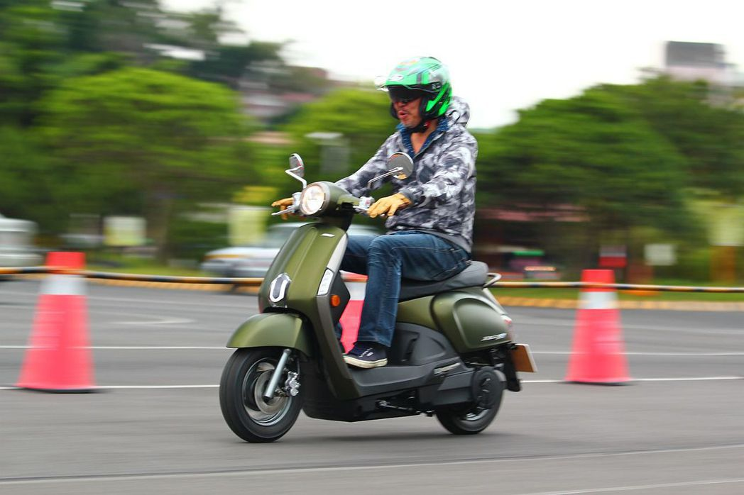 看似與汽油版Many類似的外觀,其實Many 110 EV針對前腳踏設計有不小修改,除可容納2顆抽取式電池外,也必須維護電池安全與車體剛性。 記者張振群/攝影