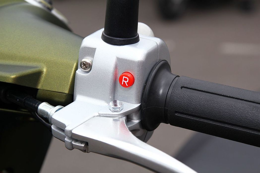 雖然沒有引擎與傳動系統,但電動機車加上電池還是有點重,光陽機車還貼心設計R倒車檔,使騎士能更輕鬆退出狹小車位。 記者張振群/攝影