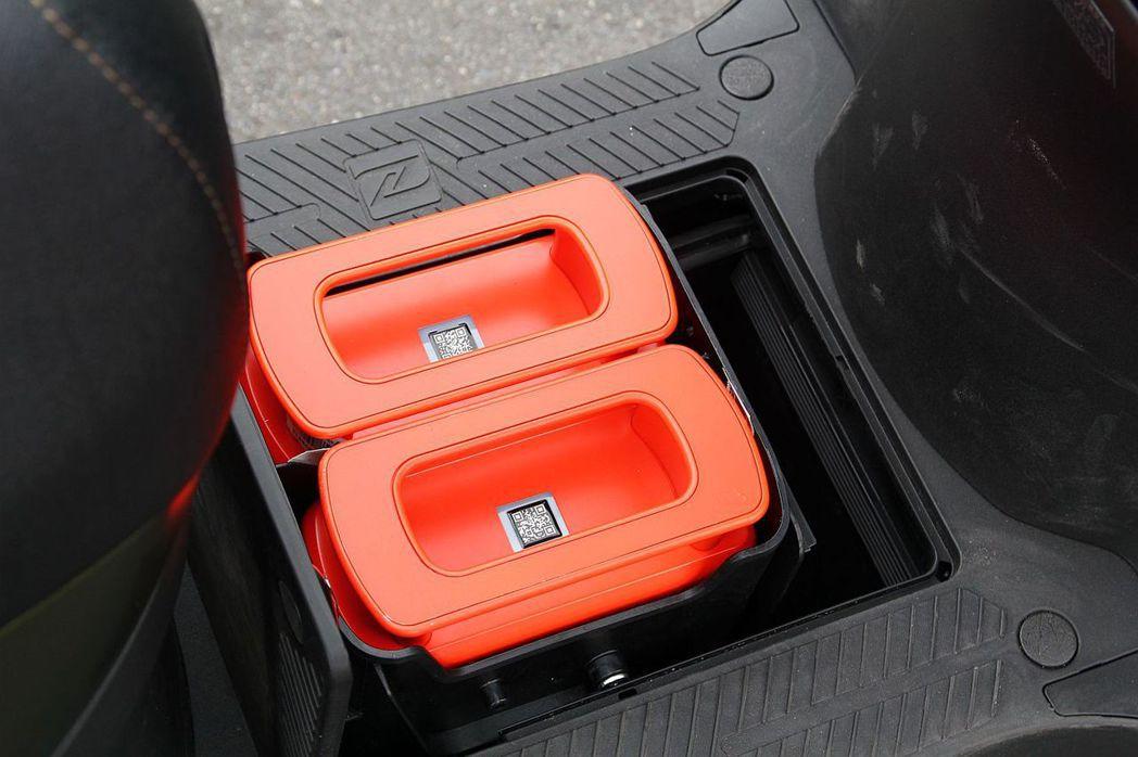 抽取式電池位置設計在腳踏墊下方,好處是不必再占用空間已經相當有限的車廂。 記者張...