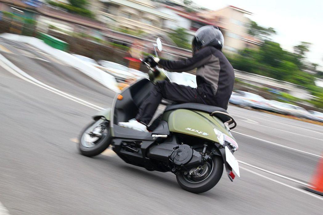 因為重量都匯集在下方,讓光陽Many 110 EV騎乘起來更穩定外,過彎時也能更容易掌握車身動態。 記者張振群/攝影