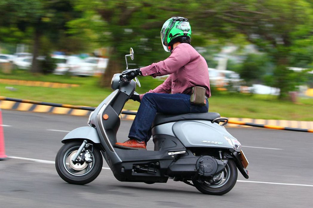 因為抽取式電池設計在前腳踏下方,使腳踏高度略有增加並稍微改變騎士坐姿。 記者張振群/攝影