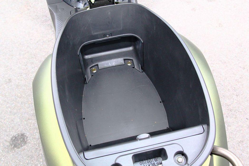 光陽Many 110 EV另外一個賣點,就是有效利用車體架構設計,使最重要的車廂...