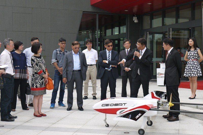 經緯航太董事長羅正方(右三)介紹ALIAS無人機 政大/提供。