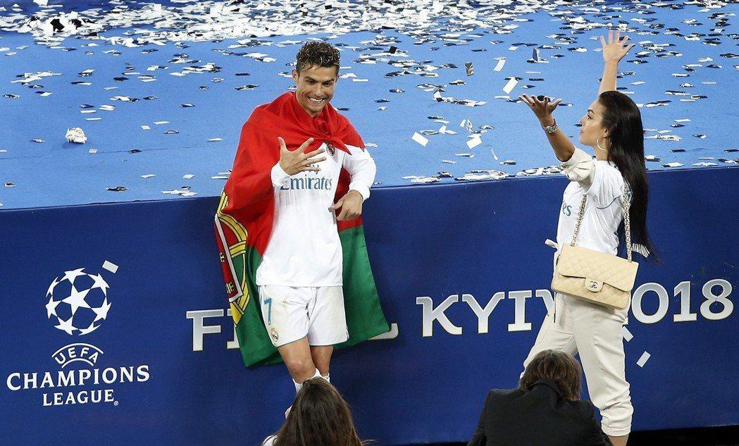 C羅(左)與女友,慶祝歐冠盃封王。 美聯社