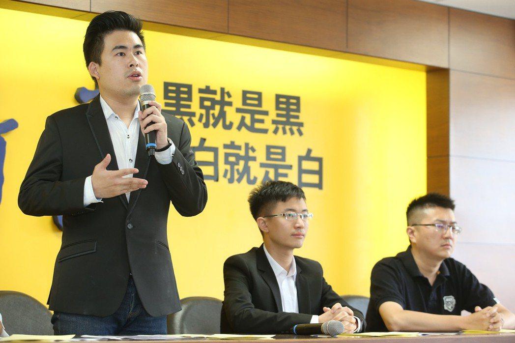 新黨青年軍王炳忠(左起)、侯漢廷、林明正本月4日上午在新黨黨部舉行記者會,批評國...