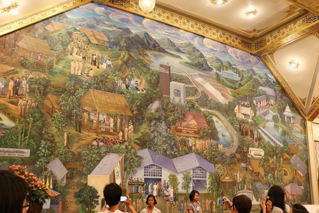 皇室在北部森林推行「森林農業」。圖為「九世王蒲美蓬火葬場紀念館」中,描繪皇家農村...