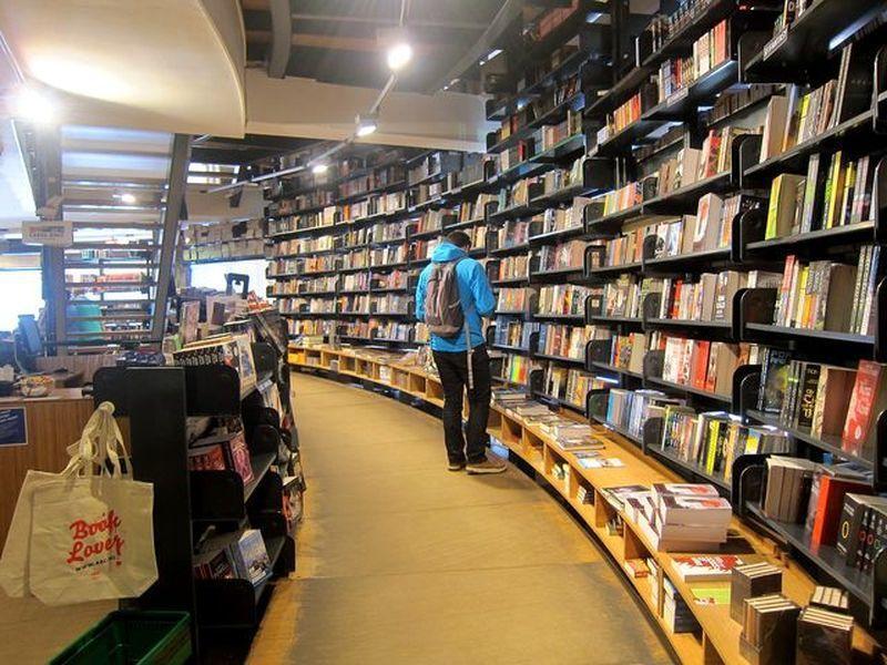 高挑簡約的書櫃陳列,以黑色系為主的書架,將書籍襯得更為顯眼。 宋宜馨