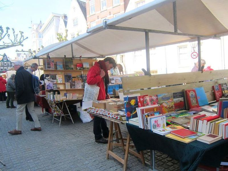 史普伊廣場書市每週五固定開張,吸引不少淘書者前來。 宋宜馨