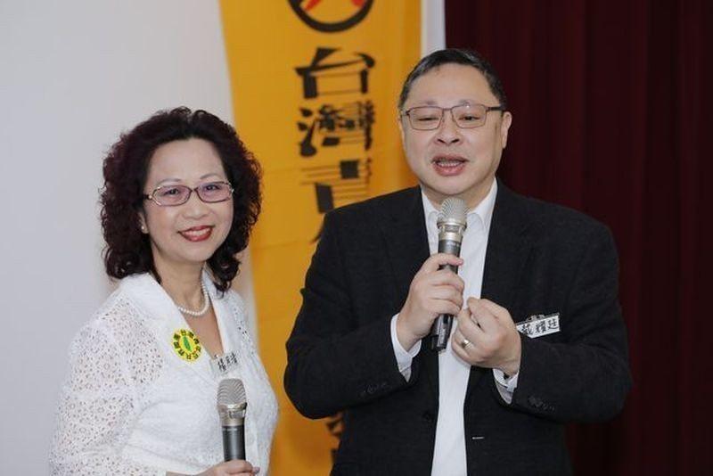 論壇主辦人楊月清(左)與「占中發起人」戴耀廷。 葉俊宏