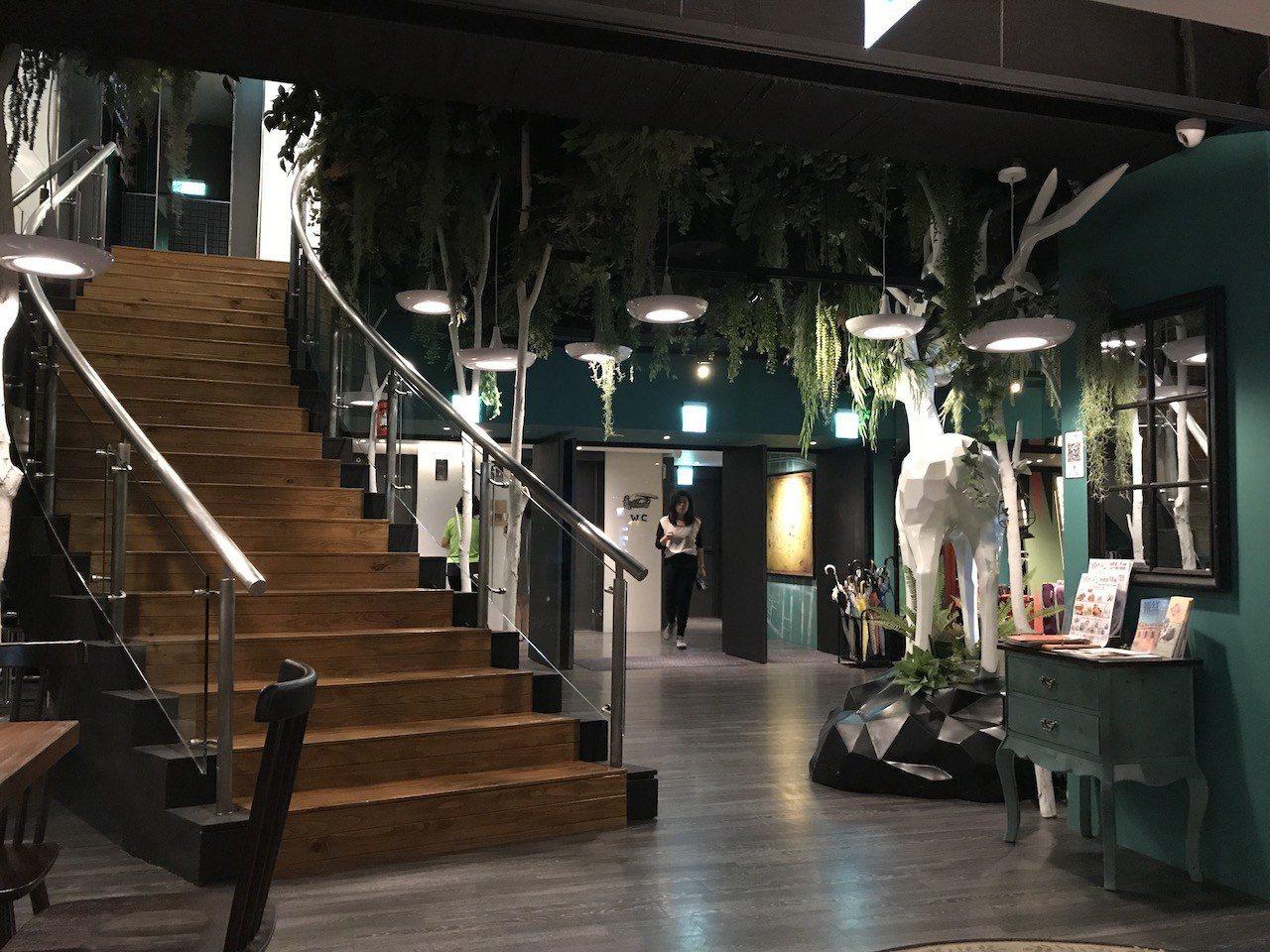 左邊就是一樓走下來的樓梯,非常令人難忘的裝飾。白鹿、樹枝裝飾以及綠色牆面,都讓你...