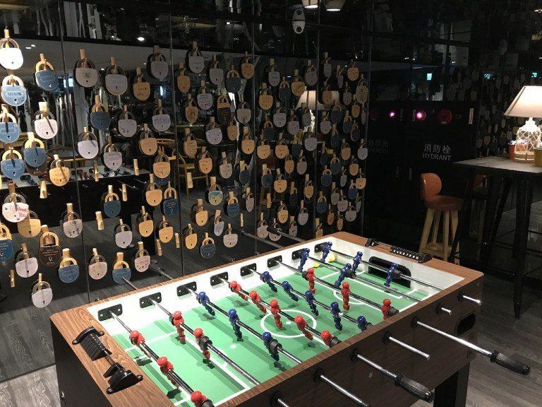 也有酒吧常見的足球遊戲桌,牆面上就是商旅提供的明信片 圖文來自於:TripPlu...