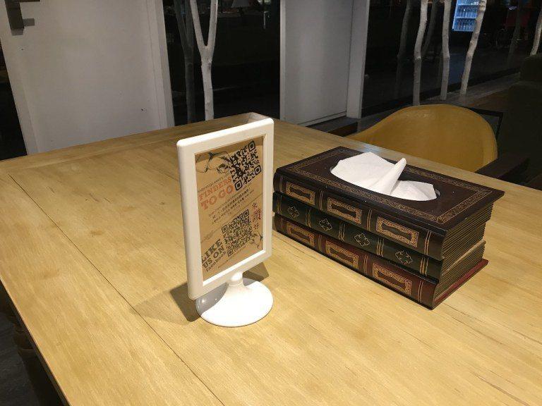 就連公共區域桌面的衛生紙盒,都搭配魔法世界的感覺,變成了魔法書 圖文來自於:Tr...