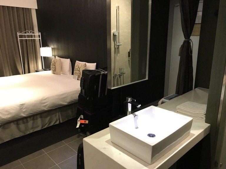 我們入住的是VIP房型,算是雙人房型裡面最大的,可以看到為了視覺空間,所以床鋪跟...