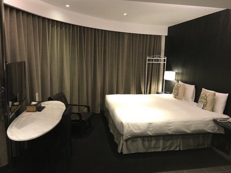 以一大床房型來說,在台北市區內能有這樣的空間,其實真的算大的 圖文來自於:Tri...
