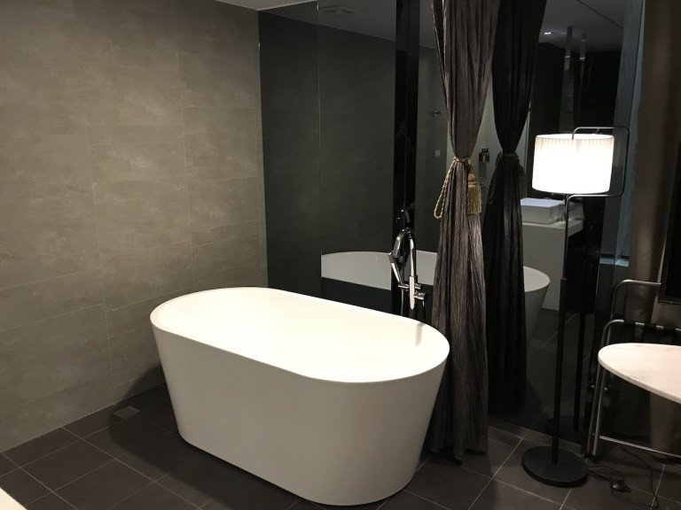 沒錯,房間有浴缸,不過是開放式的喔 XDD,我有把旁邊簾子拉起來,隱私性還ok,...