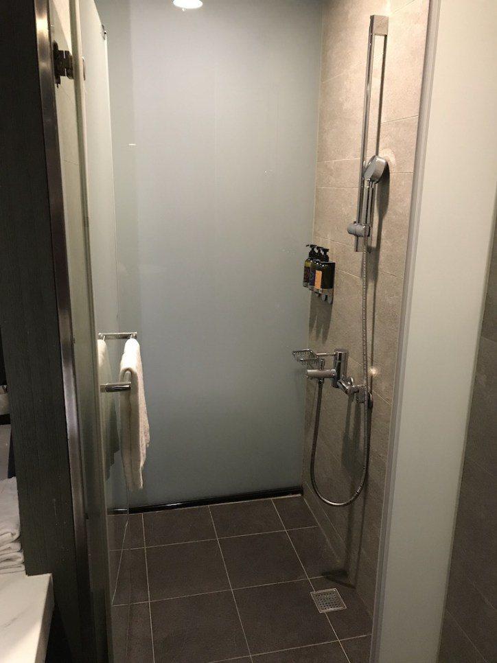 不過浴室是有門的,請放心,而且雖然是商業大樓裡,不過水的強度跟熱度都很棒,看起來...